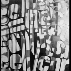 Panneau de décoration : lettres découpées dans une plaque d'aluminium