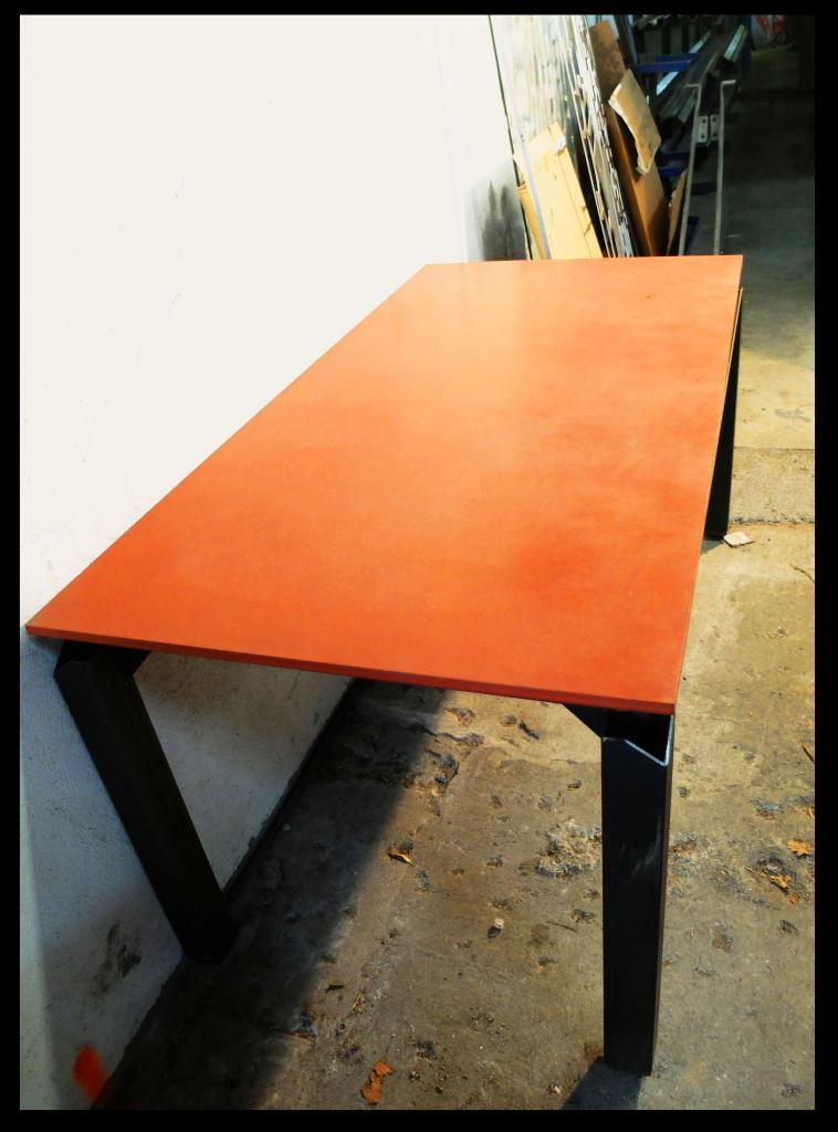 Table plateau ciment, piètement acier